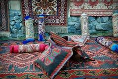 Oude tapijten, dekens en hoofdkussens Stock Foto