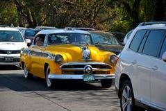 Oude taxi die rond de grote stad doorgeven royalty-vrije stock afbeelding
