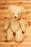 Oude teddybeer op de vloer Royalty-vrije Stock Afbeeldingen