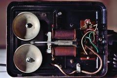 Oude telefoon binnen mening Stock Foto's