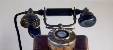 Oude telefoon in dynamische positie stock foto's