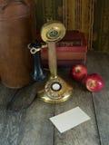 Oude telefoon en een lege nota Stock Fotografie