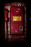 Oude telefoon op de muur Stock Foto