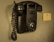 Oude telefoon in zwarte stock fotografie