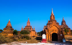 Oude tempel achter de mist in Bagan na zonsondergang, Myanmar Royalty-vrije Stock Afbeeldingen