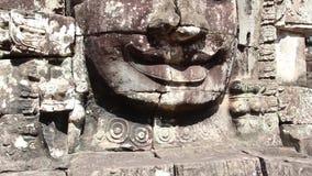 Oude Tempel (Angkor) - Brede Geschotene Schuine stand op Bayon-Gezicht stock footage