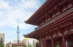 Oude tempel en moderne toren in Tokyo Stock Foto