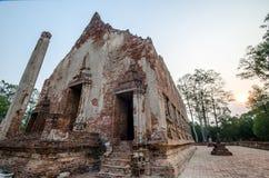 Oude Tempel in het historische die park van Phichit, Thailand met rode Baksteen wordt gemaakt Stock Fotografie