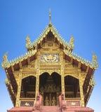 Oude tempel met blauwe hemel Stock Afbeeldingen