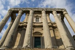 Oude tempel met pijlers stock afbeeldingen