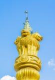 Oude tempel met witte wolk en blauwe hemel stock afbeeldingen