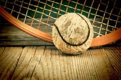 oude tennisbal en racket stock foto's
