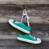 Oude tennisschoenen Stock Afbeeldingen