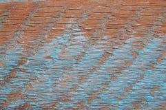 Oude terracotta geschilderde gipspleistermuur met blauwe verfsporen Stock Foto