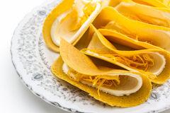 Oude Thaise Knapperige pannekoek op witte achtergrond, zoet dessert Stock Fotografie