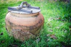 Oude Thaise Kruiken voor opslagregenwater en aarden kruik in g Stock Foto