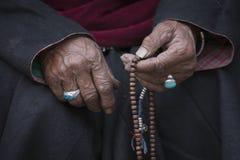 Oude Tibetaanse vrouw die boeddhistische rozentuin, Ladakh, India houden royalty-vrije stock foto's