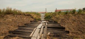 Oude tijdelijke houten brug Stock Foto
