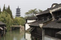 Oude toren in de oude het waterstad van China Stock Foto's