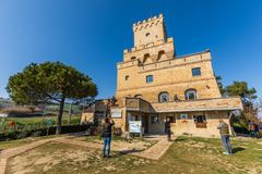 Oude Toren van Cerrano in Itali? Bouw van de zestiende eeuw royalty-vrije stock foto
