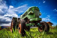 Oude tractor in de Alpiene weiden stock fotografie