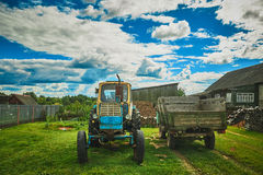 Oude tractor en wagen royalty-vrije stock afbeeldingen
