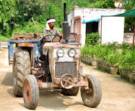 Oude tractor met bestuurder Royalty-vrije Stock Foto
