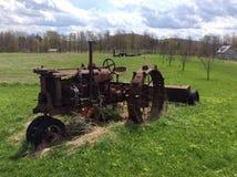Oude tractor op gebied Stock Fotografie
