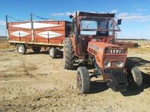 Oude Tractor op het Gebied Stock Fotografie