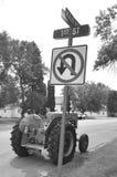 Oude tractor op (zwart-witte) MainStreet stock fotografie