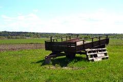 Oude tractor voor tractor op het gebied Stock Foto