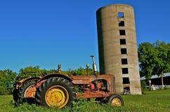 Oude Tractoren en Silo Royalty-vrije Stock Afbeeldingen
