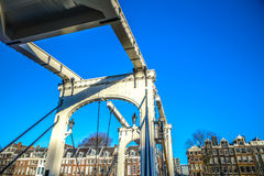 Oude traditionele Nederlandse brug in het close-up van het stadskanaal Stock Fotografie
