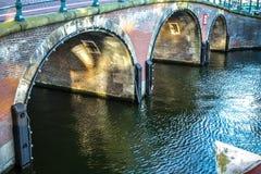 Oude traditionele Nederlandse brug in het close-up van het stadskanaal Stock Afbeelding