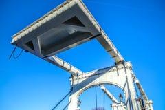 Oude traditionele Nederlandse brug in het close-up van het stadskanaal Royalty-vrije Stock Afbeeldingen