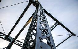 Oude traditionele Nederlandse brug in het close-up van het stadskanaal Royalty-vrije Stock Foto's