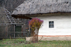 Oude traditionele Oekraïense kleihut in het dorp Stock Foto's