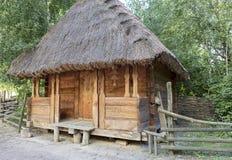 Oude traditionele Oekraïense landelijke schuur met een strodak Stock Fotografie