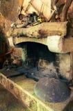 Oude traditionele open haard met peka kokend deksel op eiland Hvar in Kroatië stock foto's