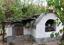 Oude, traditionele oven in een tuin van een Grieks dorp royalty-vrije stock afbeelding