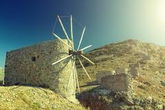 Oude traditionele windmolen van het eiland van Kreta tegen diepe blauwe hemel Cycladen, Griekenland, Europa stock foto's
