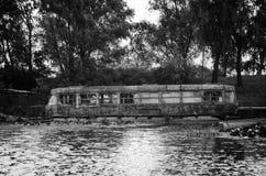 Oude tram in het water stock foto's