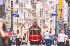 Oude tram in Istanboel, Turkije Mensen in straat royalty-vrije stock afbeeldingen