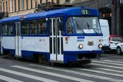 Oude tram op de straat van Riga royalty-vrije stock fotografie