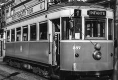 Oude tram in porto stad van Portugal met de bestuurder die op een nieuwe reis wachten royalty-vrije stock foto's