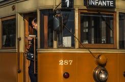 Oude tram in porto stad van Portugal met het bestuurderswachten royalty-vrije stock foto