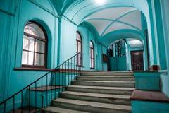 Oude trap in een woonflatgebouw royalty-vrije stock foto