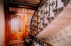 Oude trap in het buildiing van La Chaux DE Fonds, Zwitserland stock foto