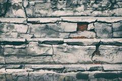 Oude trap met vernietigde gebarsten stappen uitstekende achtergrond Stock Afbeeldingen