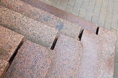 Oude treden die van rood graniet worden gemaakt stock fotografie